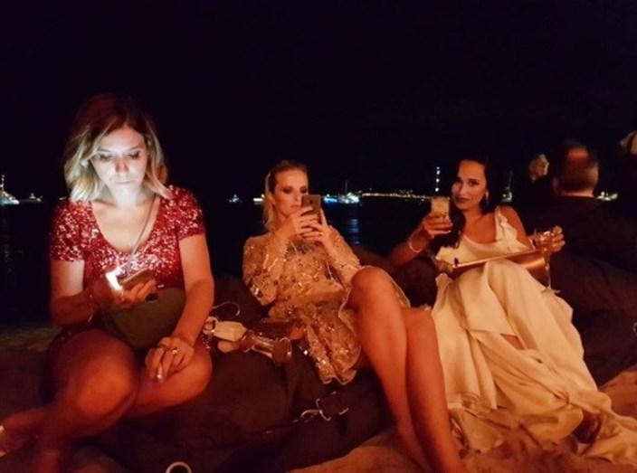 Rita e Cristina ao telemóvel