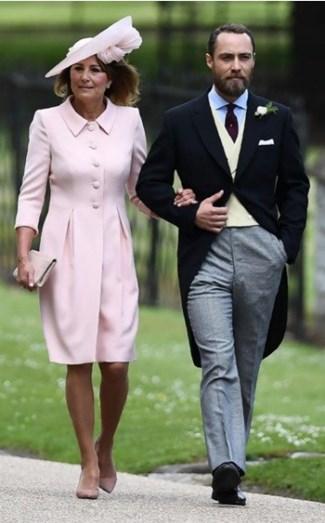 A mãe da noiva, Caroline Middleton e o filho James Middleton. O seu blazer fechado combina perfeitamente com a clutch e os stilettos nude
