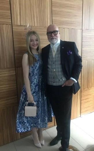 A prima de Pippa, Talullah Goldsmith e o seu pai Gary. Talullah usou um vestido midi de tons azuis conjugado com uns stilettos, chapéu e clutch de côr nude