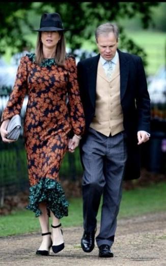 Claudia Bradby, esposa de Tom Bradby, apostou num vestido midi estampado