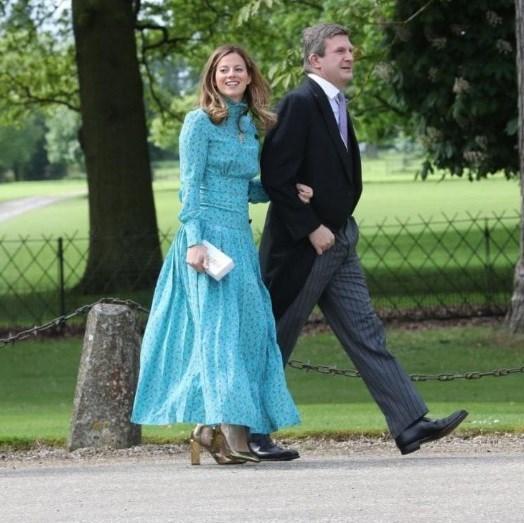 A diretora executiva da Vougue britânica, Serena Hood, chegou ao local da cerimónia com um vestido floral de tons azuis, combinado com sapatos dourados e uma clutch neutra