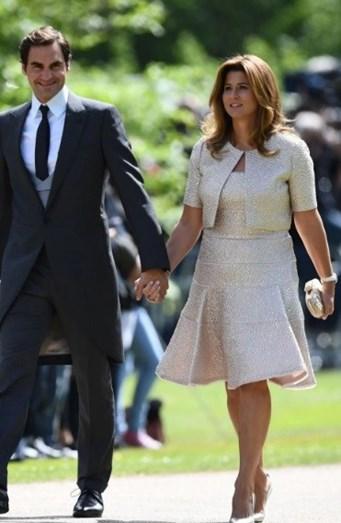 Roger Federer acompanhado da sua esposa Mirka Federer. Esta apostou num look de linha metálica acompanhado de um bolero do mesmo tecido