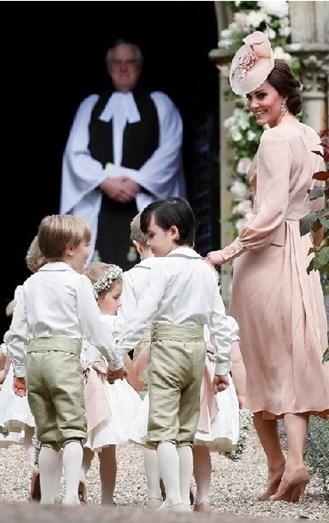 A duquesa apostou num elegante vestido côr de pêssego, conjugado com uns stilettos do mesmo tom. Também o chapéu de kate, foi muito elogiado