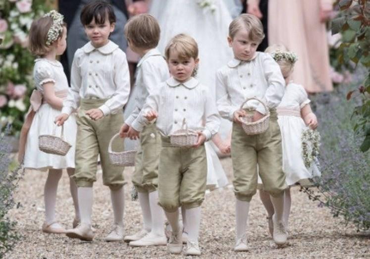 Os meninos das alianças e as pequenas damas de honor. Entre eles estão Charlotte e George, sobrinhos de Pippa