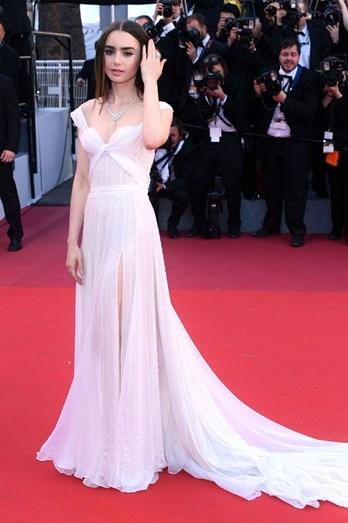 Lily Collins com vestido fluído