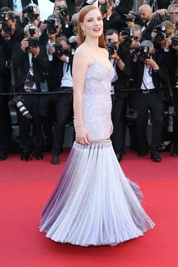 Jessica Chastain com um vestido de tom lilás, plissado na parte inferior Givenchy Couture.