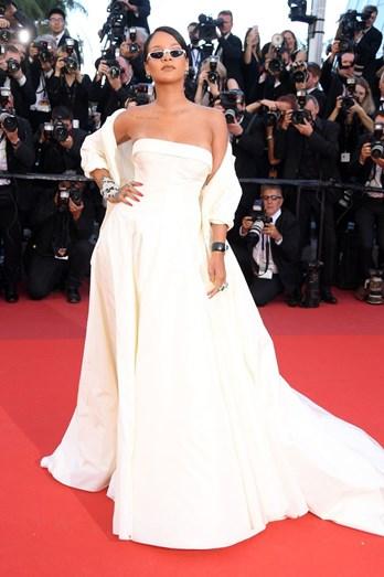 A cantora Rihanna num vestido de noiva Dior