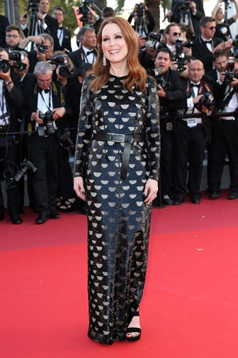 Julianne Moore num vestido comprido preto fantasia Louis Vuitton