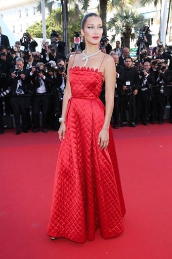 Bella Hadid volta a deslumbrar num vestido comprido vermelho vivo acolchoado Dior
