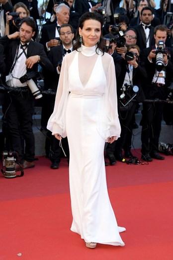 Juliette Binoche num fluído vestido comprido branco