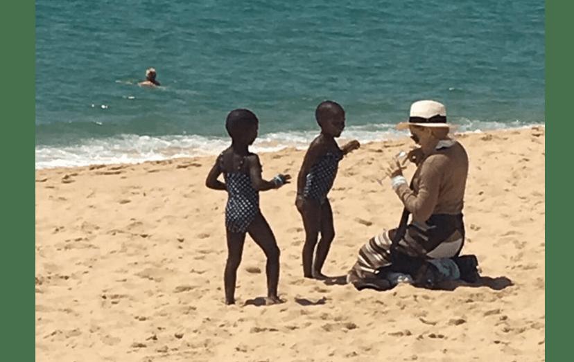 Madonna com Estere e Stella na Praia do Pego, na Comporta