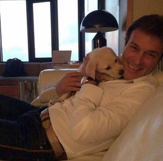 Uma imagem ternurenta de Tony e um pequeno cão