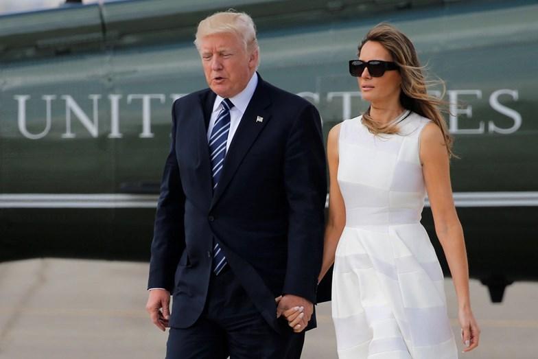 A primeira-dama acede dar a mão a Donald Trump mas nota-se que fica contrariada.