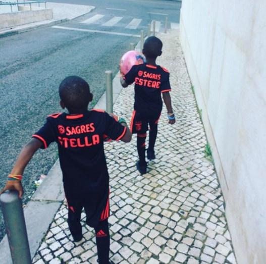 Estere e Stella com o equipamento do Benfica
