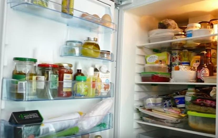 Um detalhe do frigorífico, completamente atolado de alimentos.