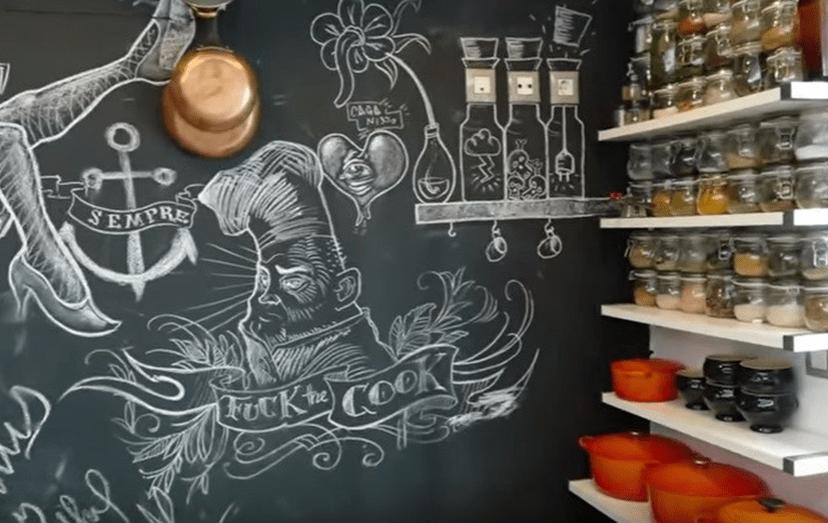 O 'chef' jugoslavo tem especiarias de todo o mundo em casa, numa das paredes da cozinha.