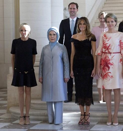 Melania Trump mudou de roupa para o jantar, Brigitte não mudou