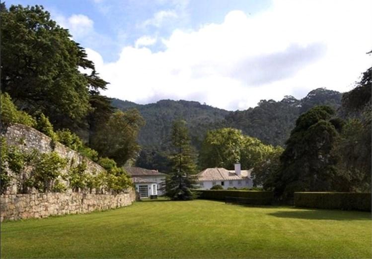 A quinta do Vinagre foi construída no século XVI, tem 42 hectares, dois palácios, piscina, campo de ténis, capela, vinhas e adega