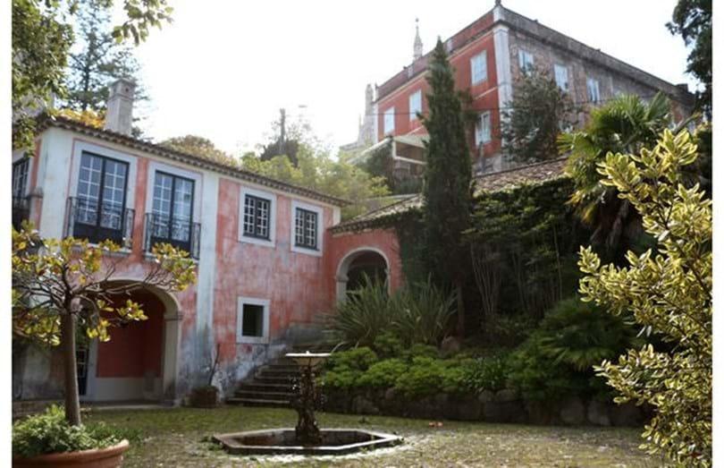 Madonna visitou o palácio da Quinta do Relógio, situado na Serra de Sintra e construído durante o reinado de D. Pedro V,  que está à venda por 7,5 milhões de euros