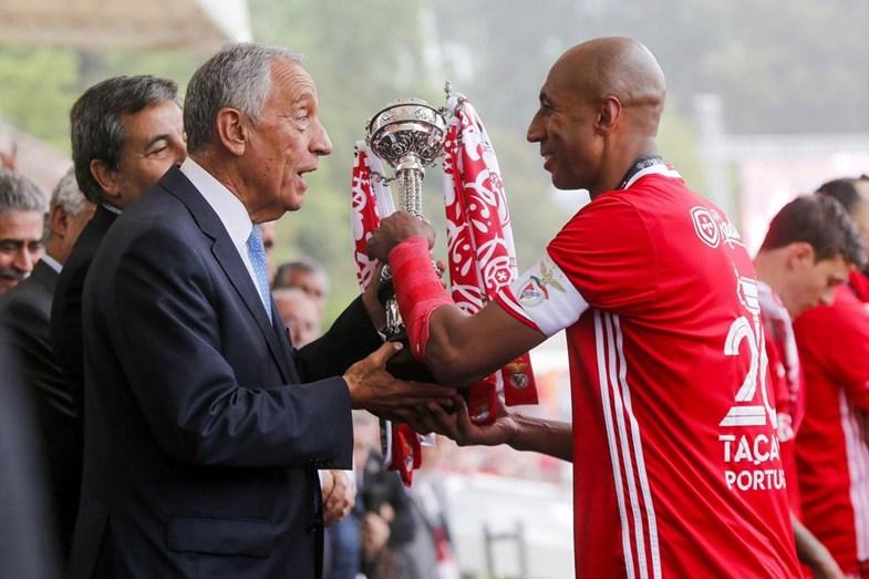 Marcelo Rebelo de Sousa entrega o troféu da Taça de Portugal ao capitão dos encarnados, Luisão