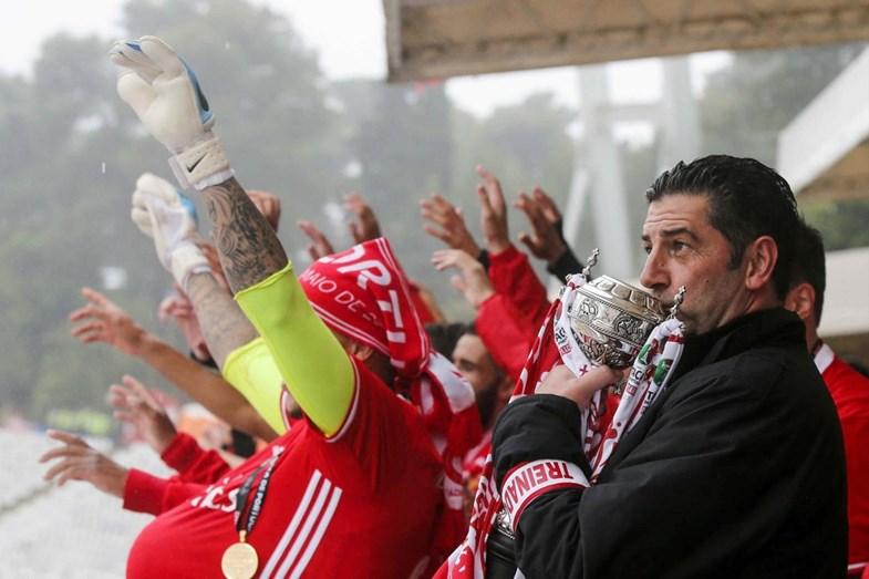 Rui Vitória, treinador do Benfica, beija a taça de Portugal