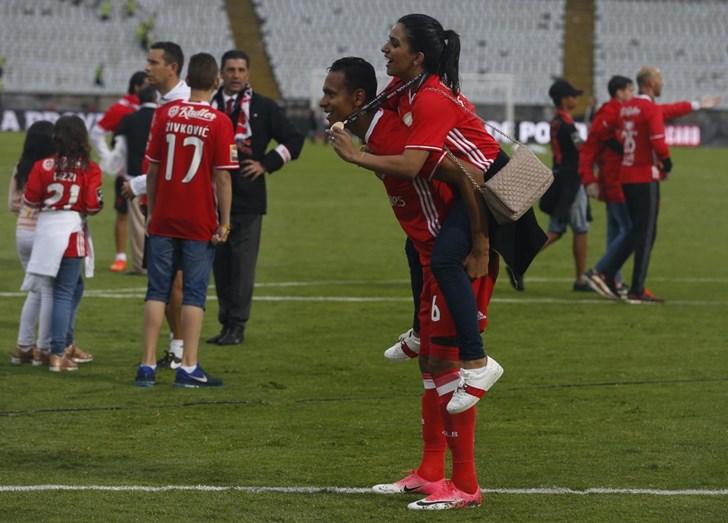 Filipe Augusto celebra a vitória do Benfica com a mulher, Ravenna Nogueira