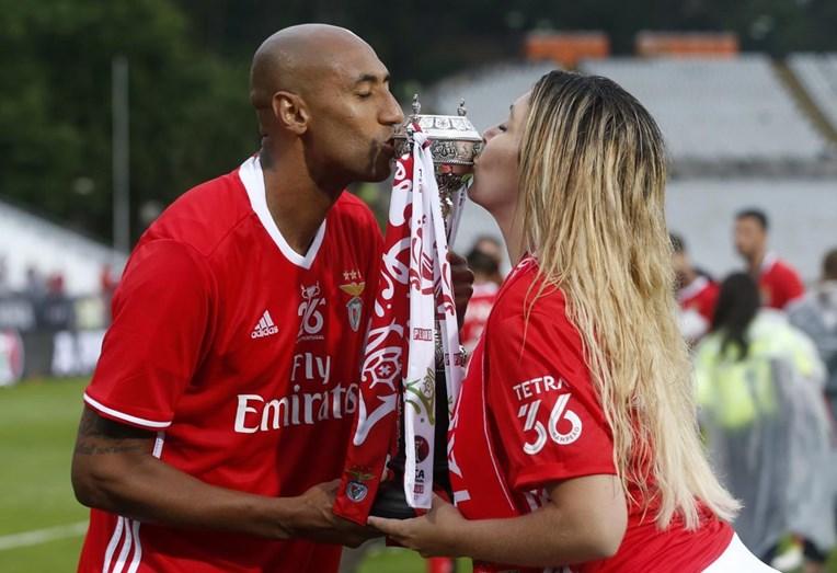 Luisão e a mulher, Brenda Mattar, beijam a taça da vitória