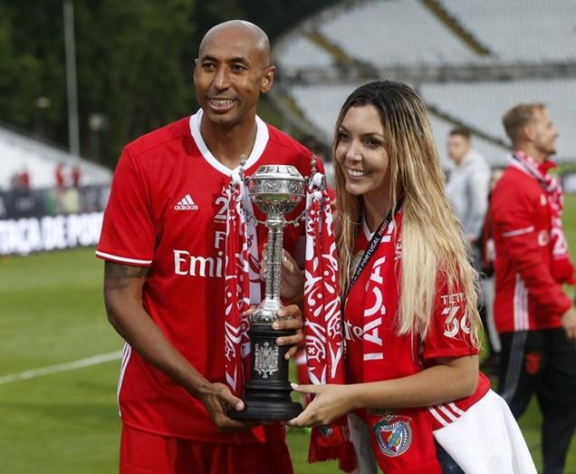 Luisão e a mulher, Branda Mattar, seguram na Taça de Portugal que o Benfica ganhou