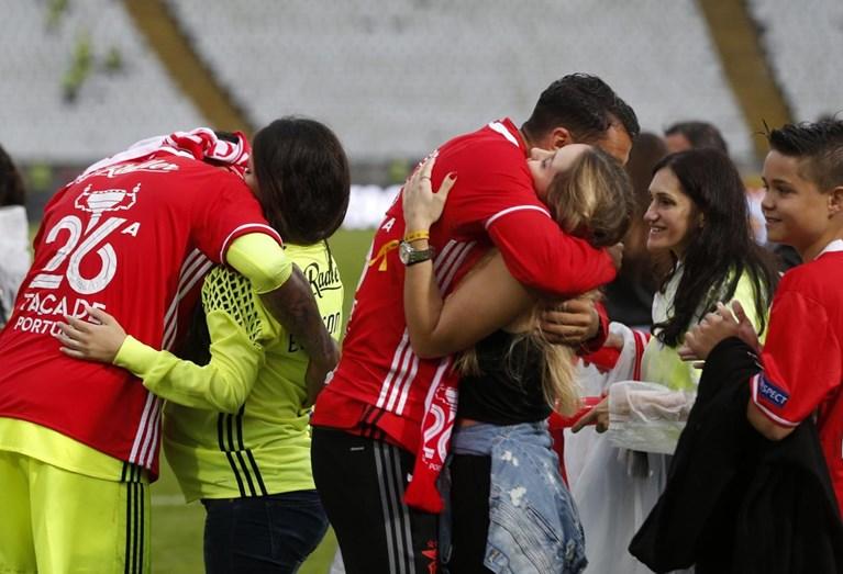 Os jogadores festejam abraçados às suas mulheres