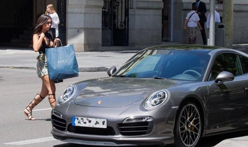 Cristiano Ronaldo aguardou no carro pela namorada