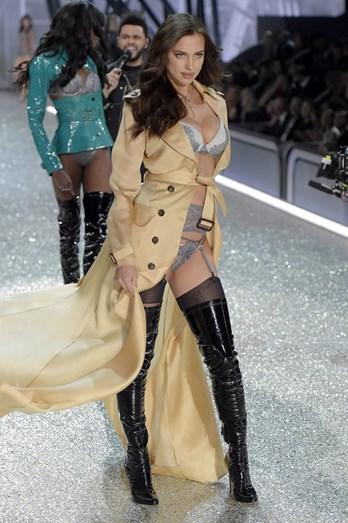 A Victoria's Secret recorreu a um trench-coat para disfarçar a barriga
