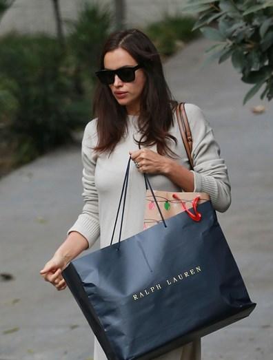 Irina Shayk tornou-se perita em esconder a barriga