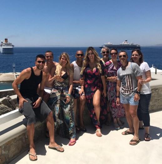 Luisão e mulher acompanhados pelos amigos na Grécia