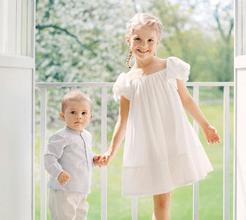 Príncipes Estelle e Oscar da Suécia recebem de forma ternurenta o verão