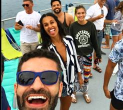 Diretor de elenco da Plural festeja 40 anos numa festa num barco, rodeado de amigos famosos