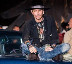 Johnny Depp e Sienna Miller entre as celebridades no Glastonbury