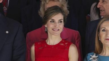 Letiza vestida de vermelho
