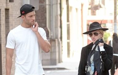 Madonna namora com Kevin Sampaio
