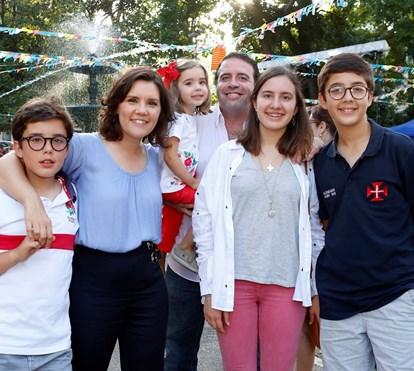 """Assunção Cristas diverte-se no arraial com a família: """"Adorava fazer parte de uma marcha"""""""