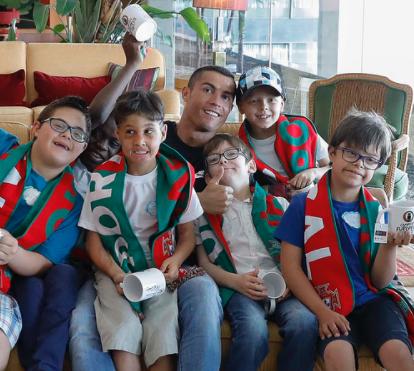 Indiferente às polémicas, Ronaldo realiza sonho de crianças com deficiência
