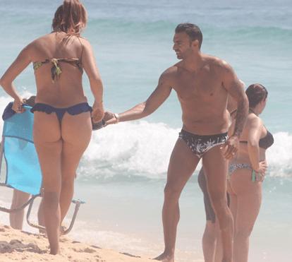 Carlos Martins, antigo jogador do Benfica, diverte-se na praia em família