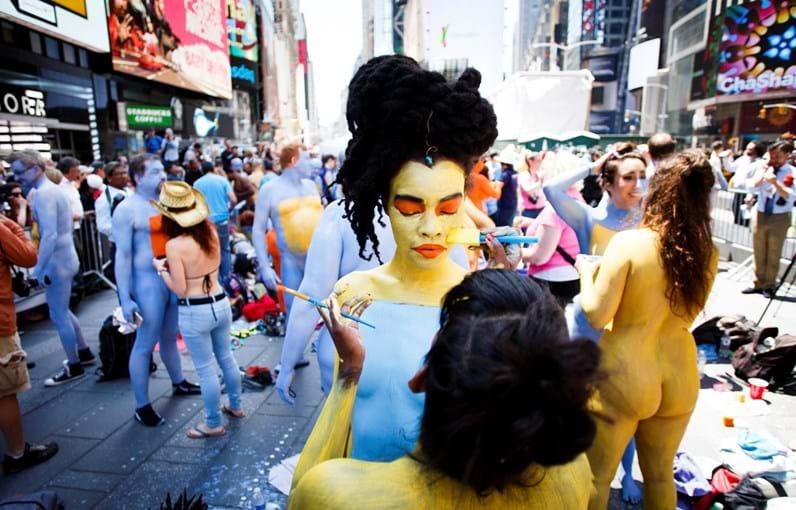 Centenas desfilaram em Times Square vestidos apenas com tinta