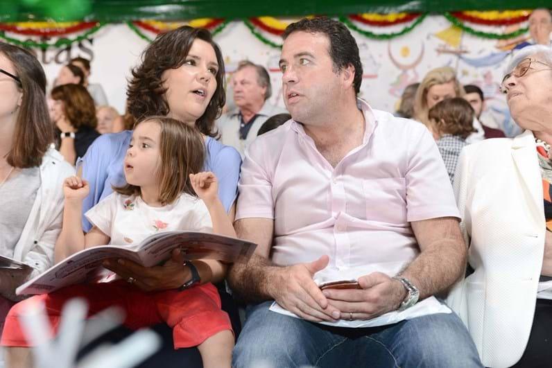 Assunção Cristas diverte-se com a família num arraial de Lisboa