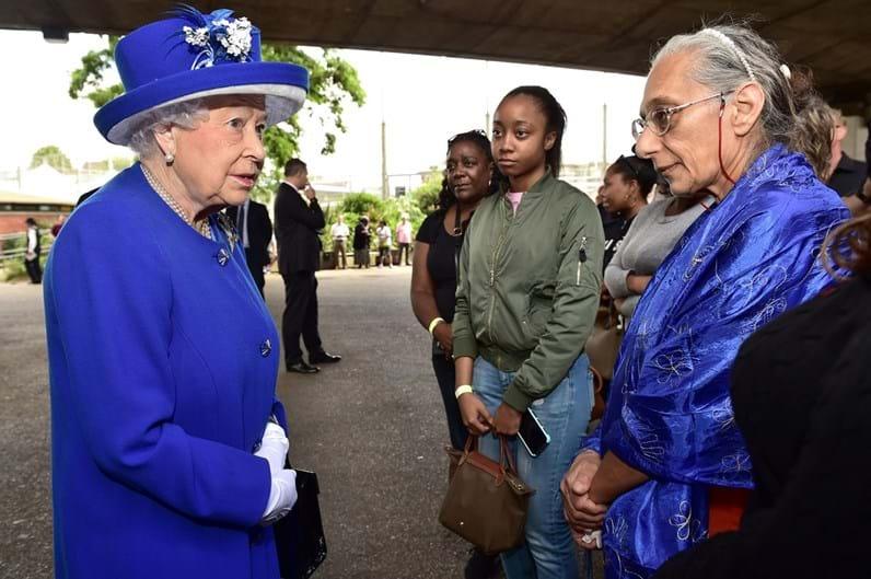 Isabel II e William visitam prédio da tragédia