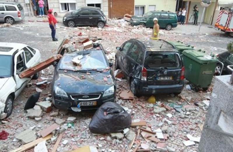Os destroços danificaram muitos carros