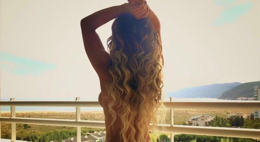 Luciana Abreu partilhou uma fotografia ousada em topless