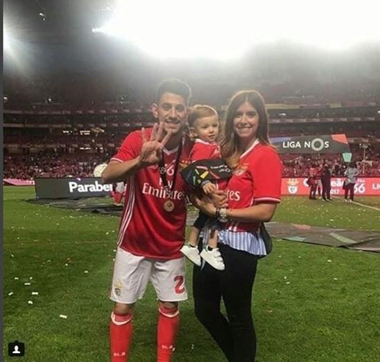 Pizzi e Maria Barros Ferreira com o pequeno Afonso a festejar o conquista do tetra pelo clube das águias