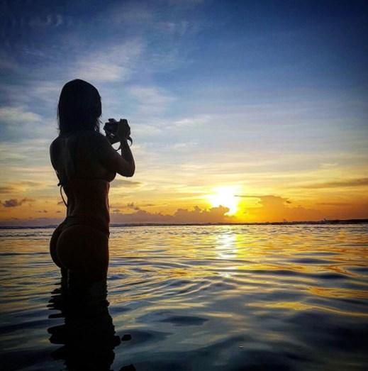 Mais um momento da atriz, desfrutando do fim de tarde na praia