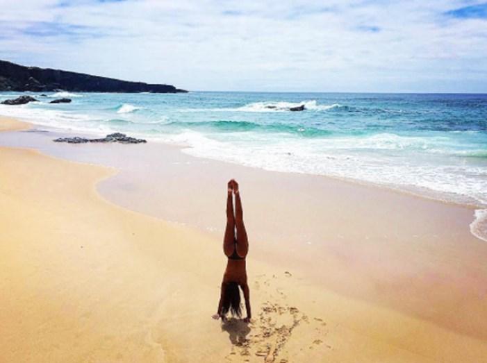 Rita Pereira a fazer o pino num dia de praia