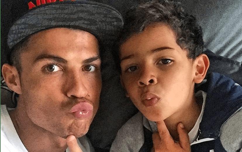 Ronaldo tem uma forte ligação ao filho, Cristianinho, projetando nesta relação o que gostaria que tivesse sido a sua vida com o próprio pai. Agora só faltam chegaram os manos mais novos, Mateo e Eva.